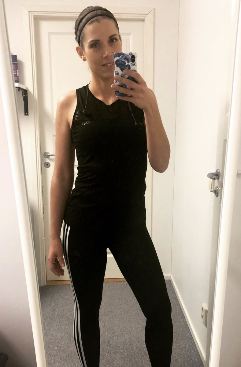 Melle i svarta träningskläder från Adidas och Röhnisch