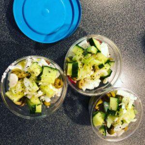tre burkar med grönsaker i . Även en del av ett blått lock syns i bild