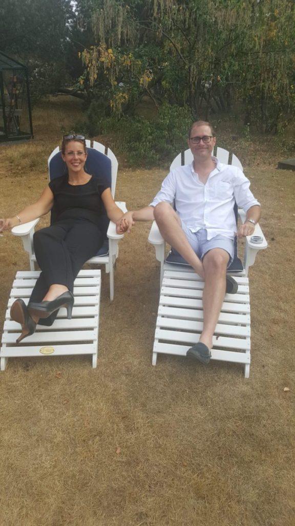 Louise och Micke i vita solstolar, hållandes handen