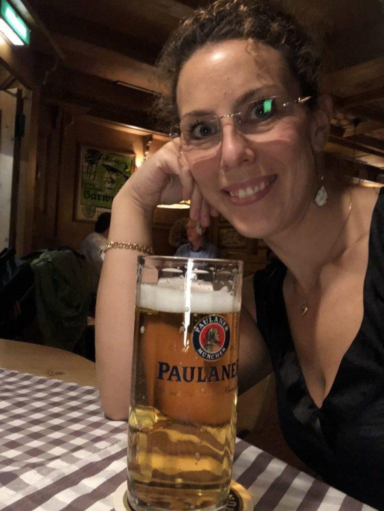 Louise med en stor sejdel med öl framför sig