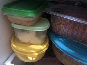 Bild från kylskåpet, 4 burkar med diverse innehåll