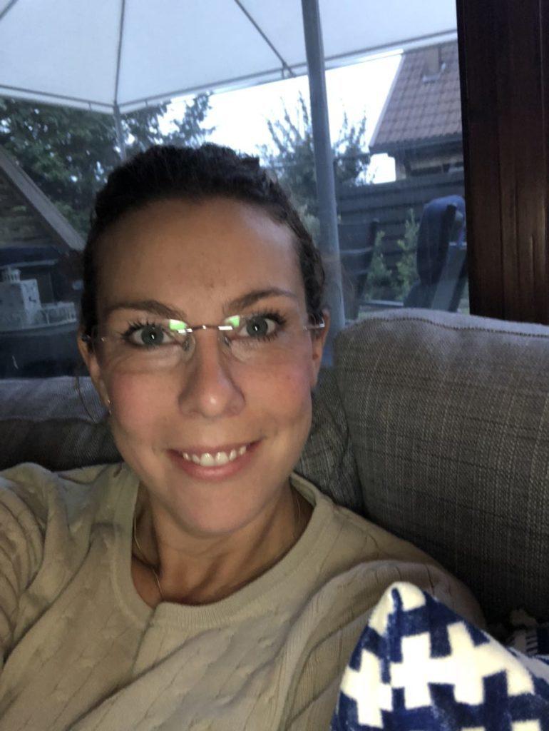 Louise på selfie från soffan