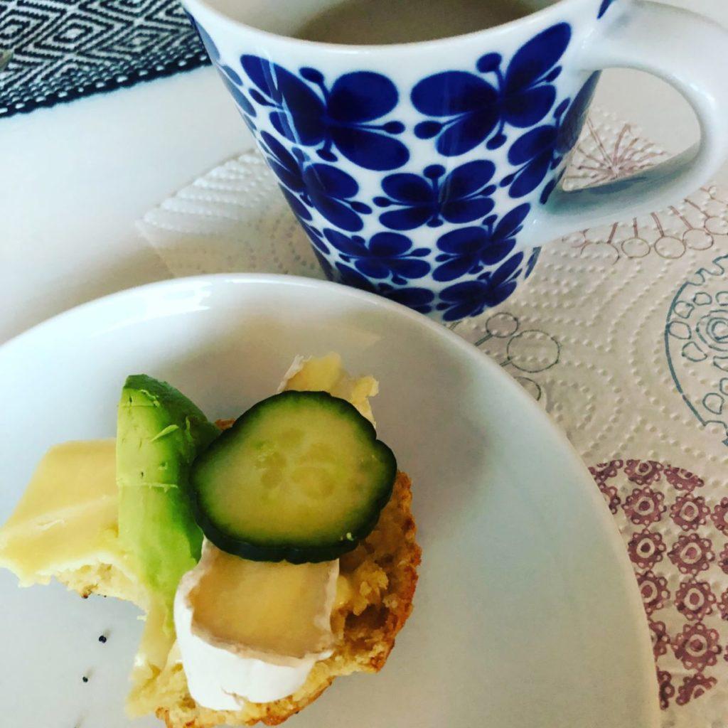 Smörgås med broe och gurka och en kaffekopp