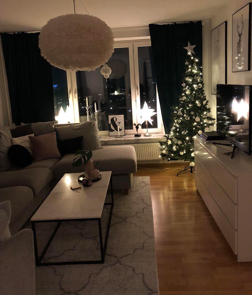 Julpyntat vardagsrum