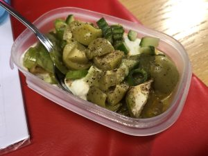 Burk med kvarg i botten, blandade grönsaker