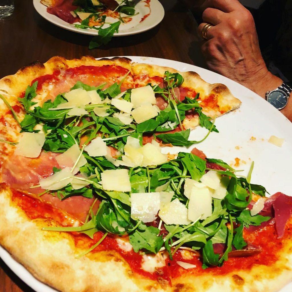 Pizza med parmesanbitar, ruccola