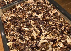 En ugnsplåt med hemgjord granola