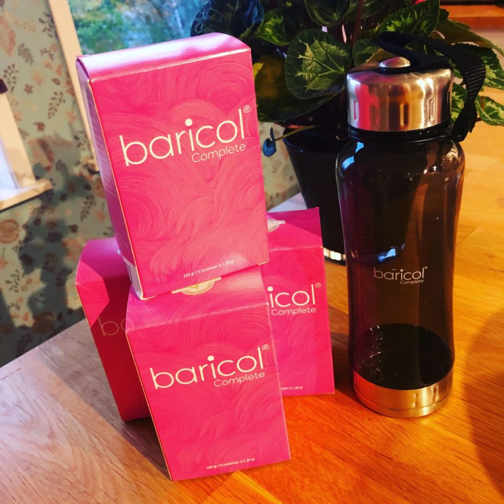 Några askar med Baricol sväljtabletter och en fin mörk vattenflaska