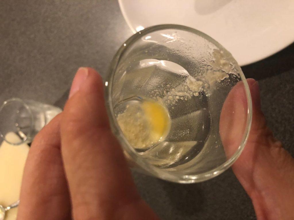en tomt glas sånär på lite upplöst pulver i botten på glaset