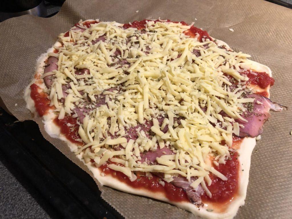 En ogräddad pizza på plåt