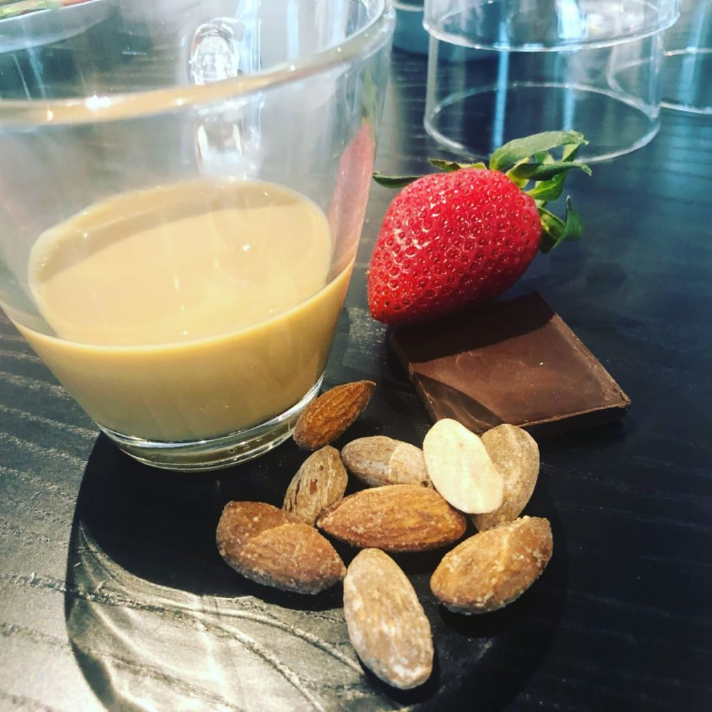 Kaffe, jordgubb, mandlar och en bit choklad