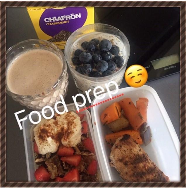 Fyllda matlådor och två glas med Over night oats och smoothie. Text: Food prep