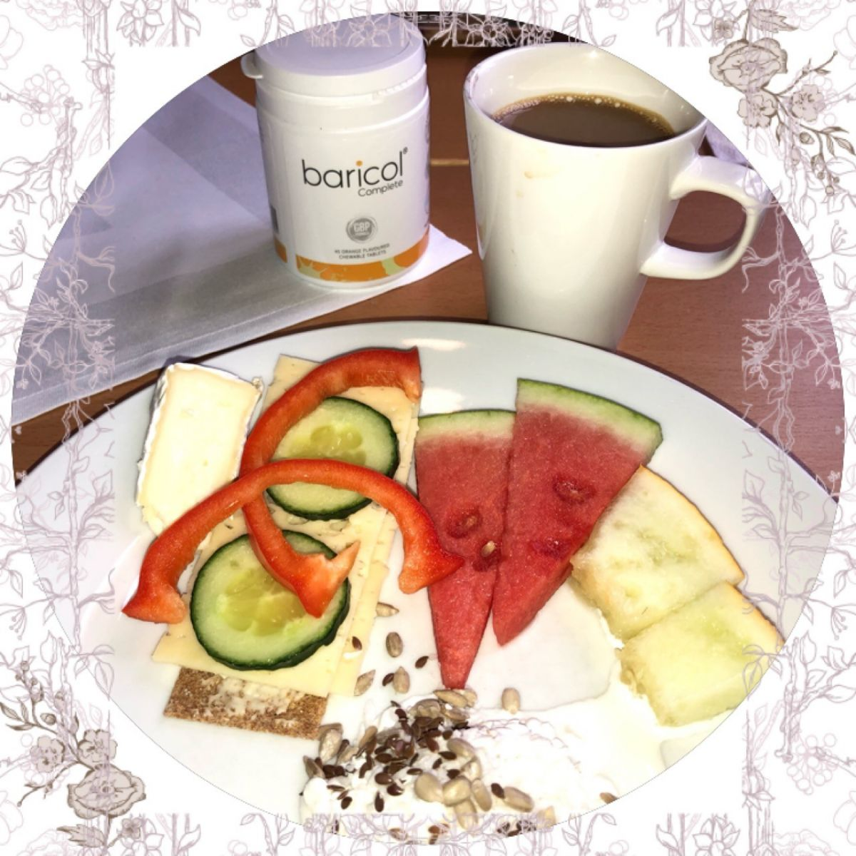 Baricolburk, vit kaffekopp, tallrik med macka, melon och keso