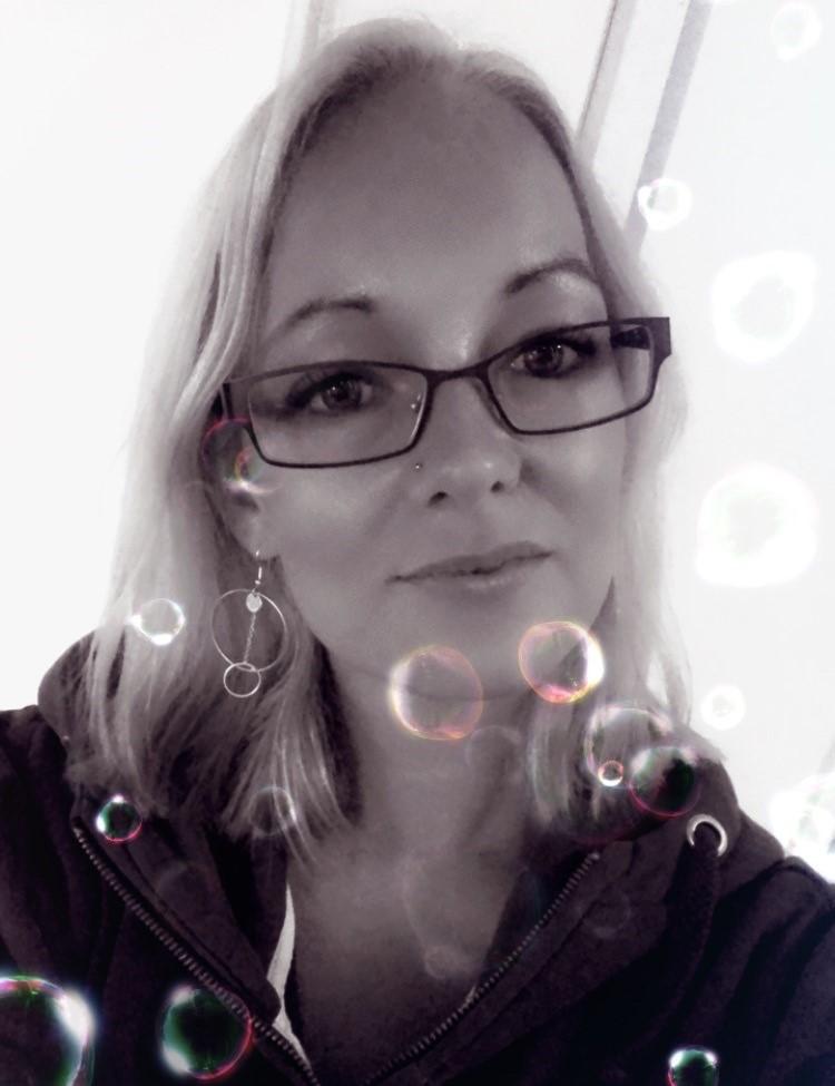 svartvit bild på Sophia med filter bubblor