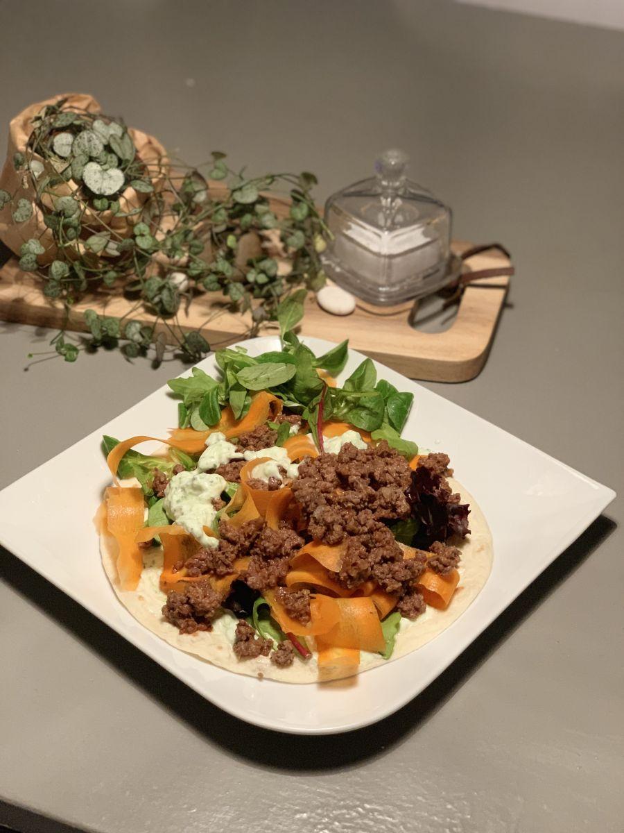 Nötfärswraps med tzatziki och skruvade morötter