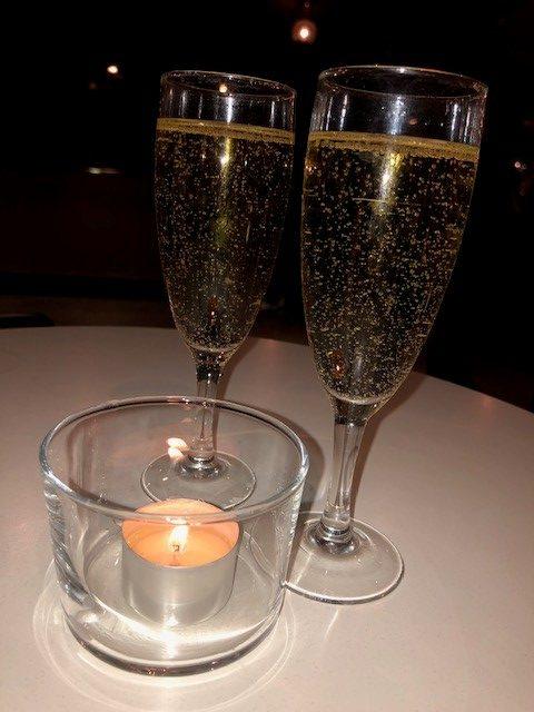 Två glas bubbel ett värmeljus