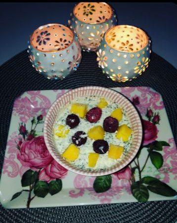 Tända ljus, bricka med frukostskål med kvarg och bär