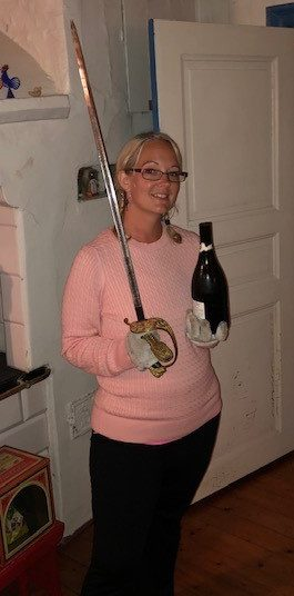 Sophia med en sabel och en sabrerad bubbelflaska