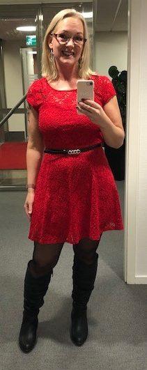 Sophia i röd julklänning