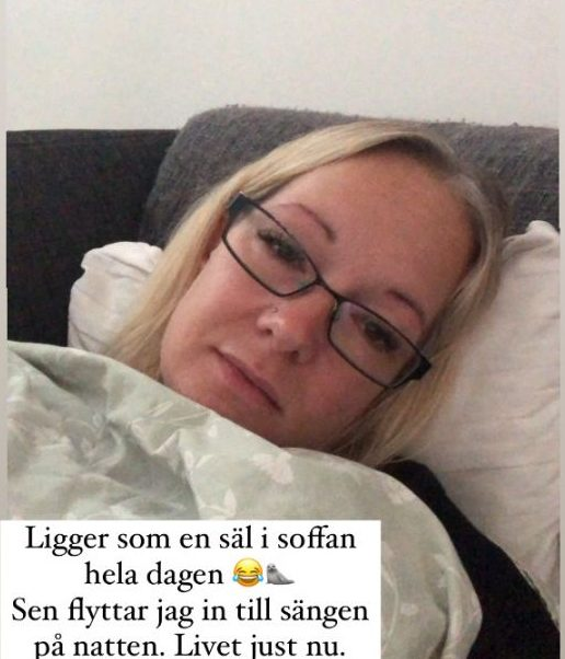 """Sophia i soffan med kudde och täcke. Text """"Ligger som en säl i soffan hela dagen. Sen flyttar jag in till sängen på natten. Livet just nu"""""""
